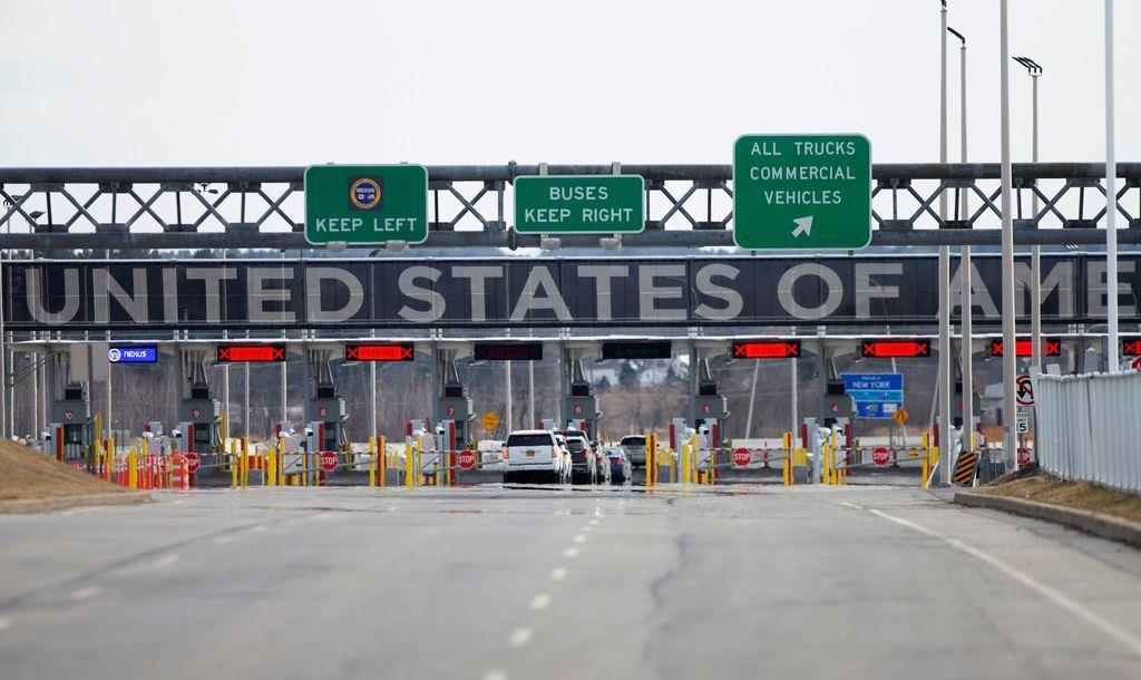 カナダのケベック州ラコールにある米国との国境ゲート=18日(ロイター)