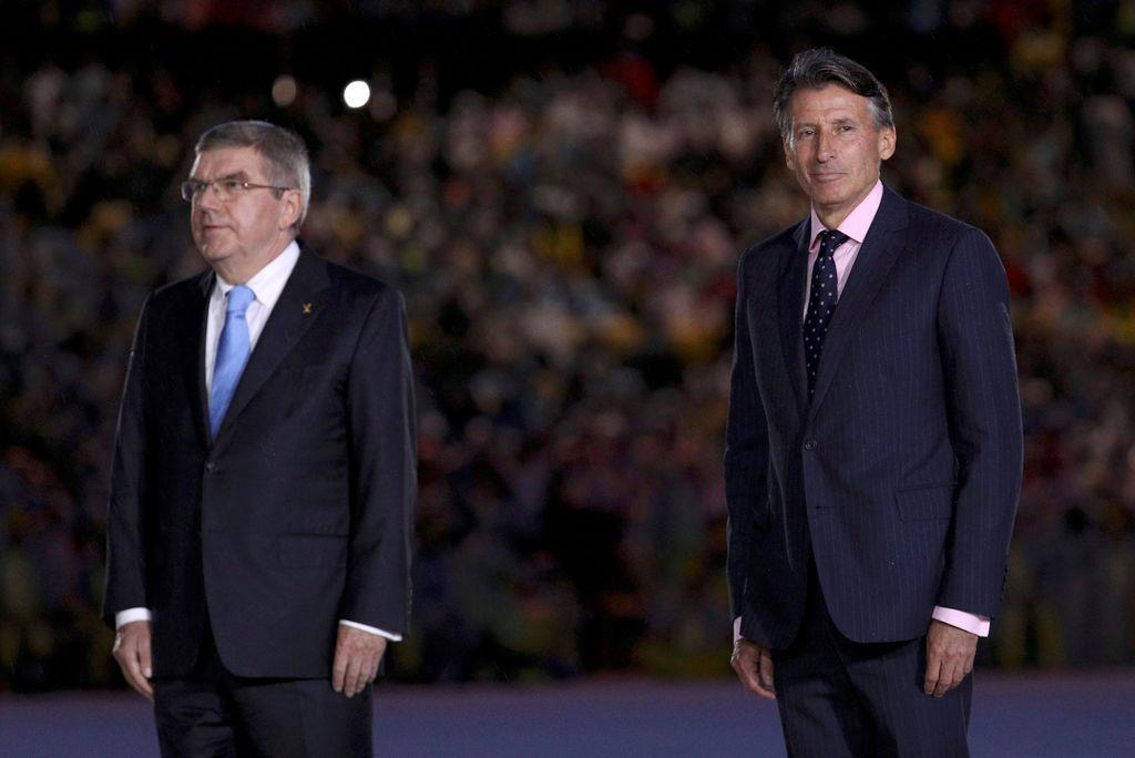 リオ五輪のマラソン男子表彰式にバッハIOC会長(左)と同席する世界陸連のコー会長=2016年8月21日、リオデジャネイロ(ロイター)