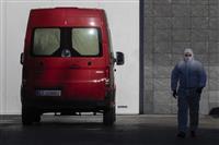 スケートリンクに遺体安置 スペイン、感染死者急増で