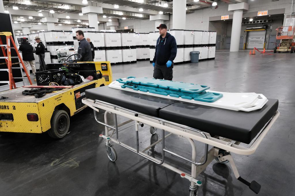 23日、病院として利用されることになり、医療用ベッドが配備される米ニューヨーク市のコンベンションセンター(ゲッティ=共同)