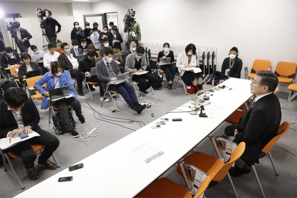 臨時の常務理事会を終え、記者会見する日本水泳連盟の坂元要専務理事(右)=25日午後、東京都新宿区