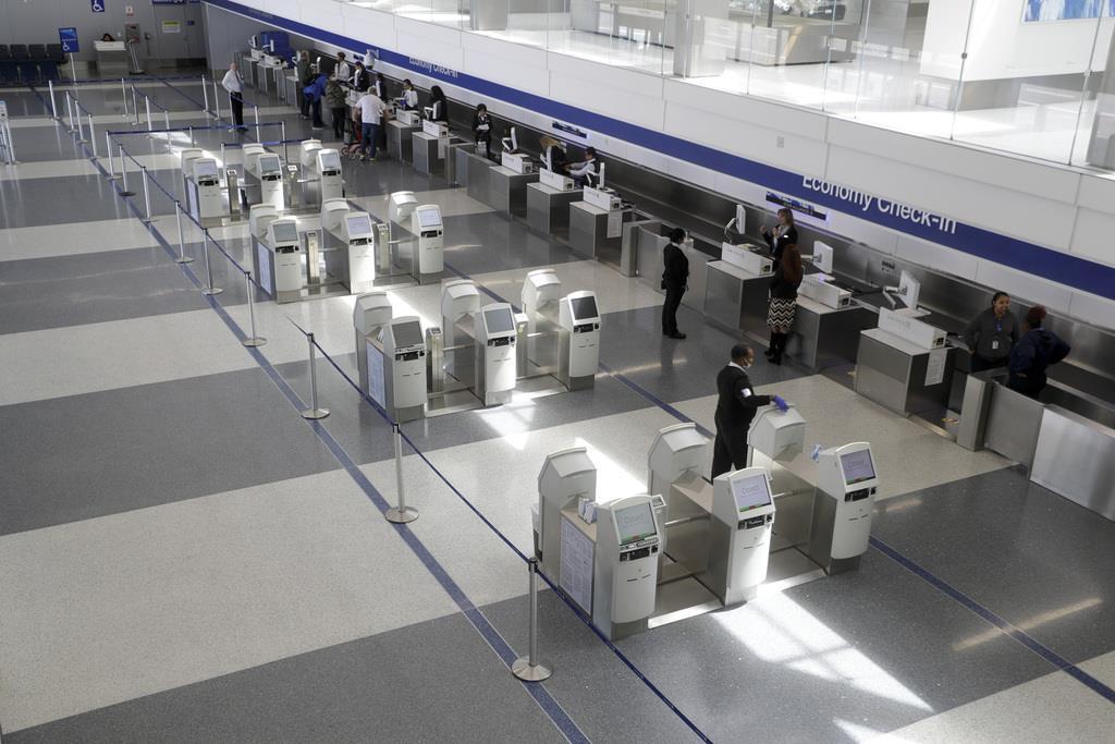 24日、閑散としている米ロサンゼルス国際空港(AP)