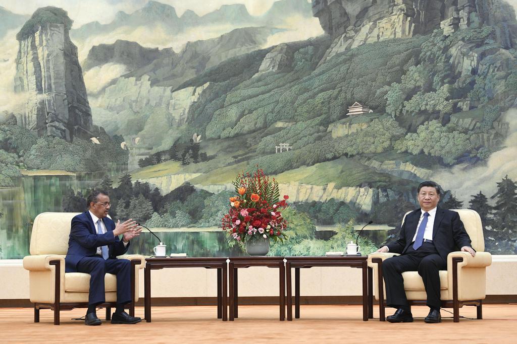 新型コロナウイルスへの対応をめぐり、中国の習近平国家主席(右)と会談するWHOのテドロス事務局長=1月28日、北京の人民大会堂(共同)