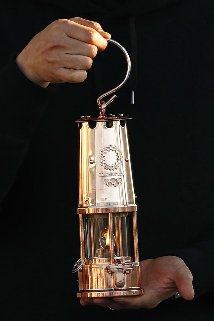 「復興の火」の展示が終わり、ランタンに納められた東京五輪の聖火=25日午後、福島県いわき市
