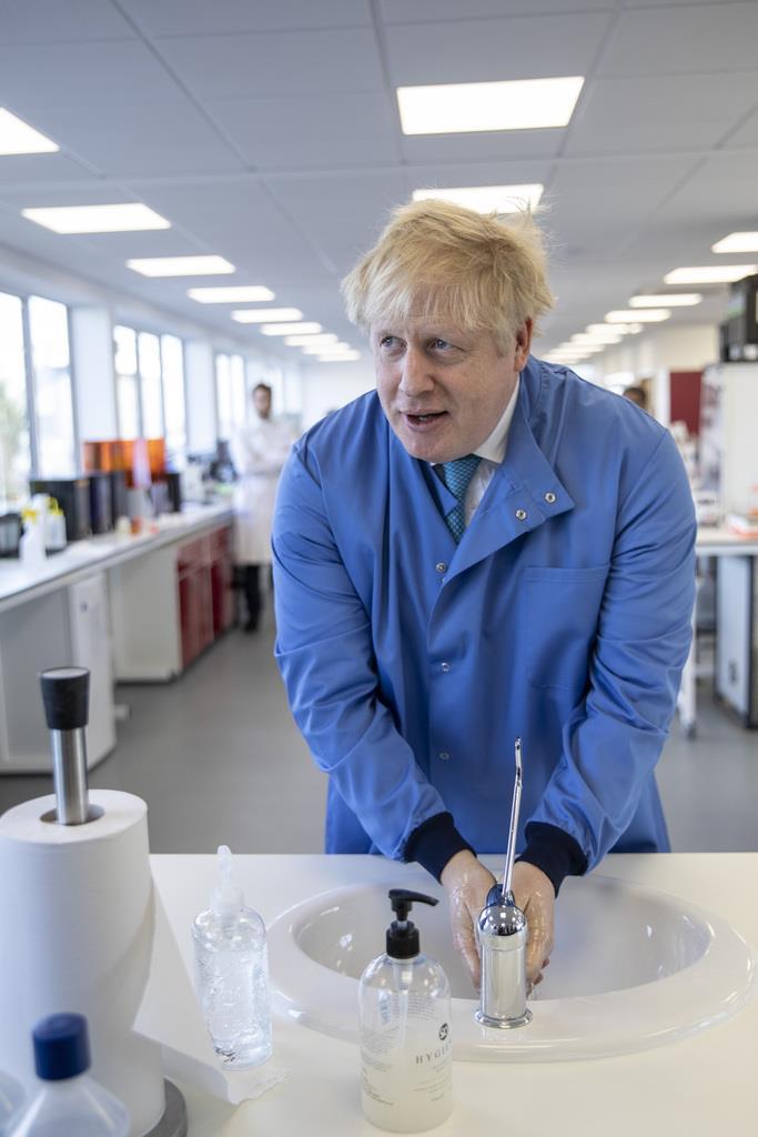 研究所を視察に訪れ、手を洗うジョンソン英首相=6日(AP)