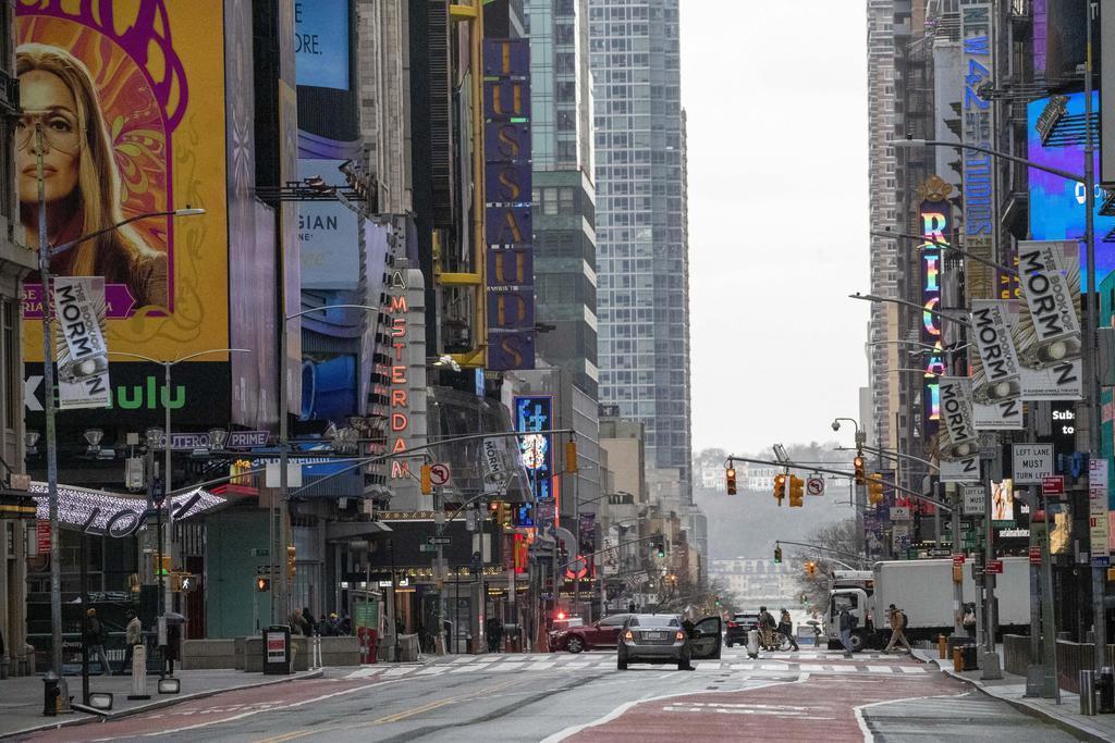 車がほとんど走っていない米ニューヨーク中心部の繁華街タイムズスクエア=25日(AP)