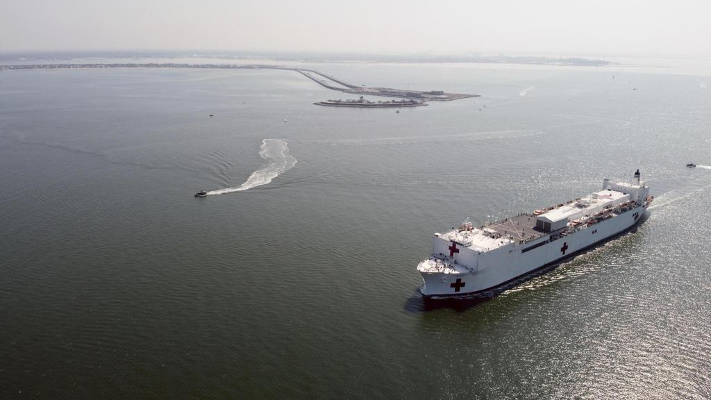 28日、米南部バージニア州を出港した米海軍の病院船コンフォート(米海軍提供、AP)