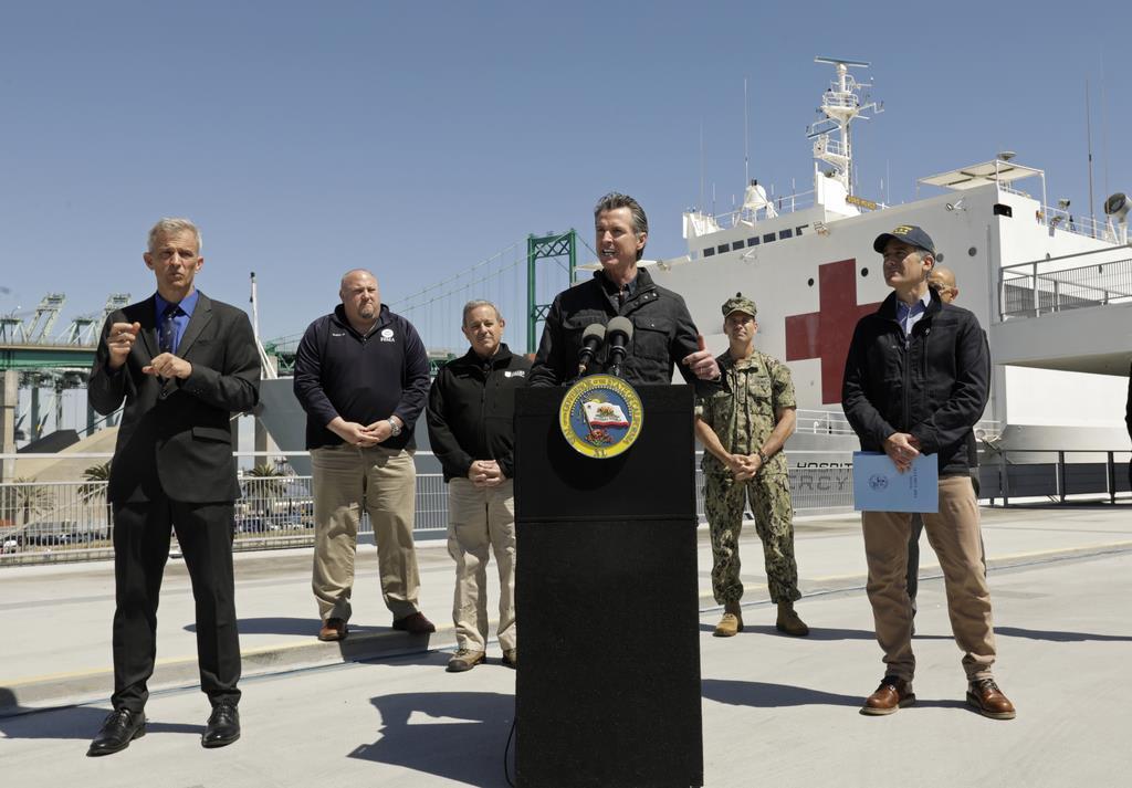 米海軍の病院船「マーシー」の到着を受け、会見するカリフォルニア州のニューサム知事=27日、ロサンゼルス(Los Angeles Times・AP)