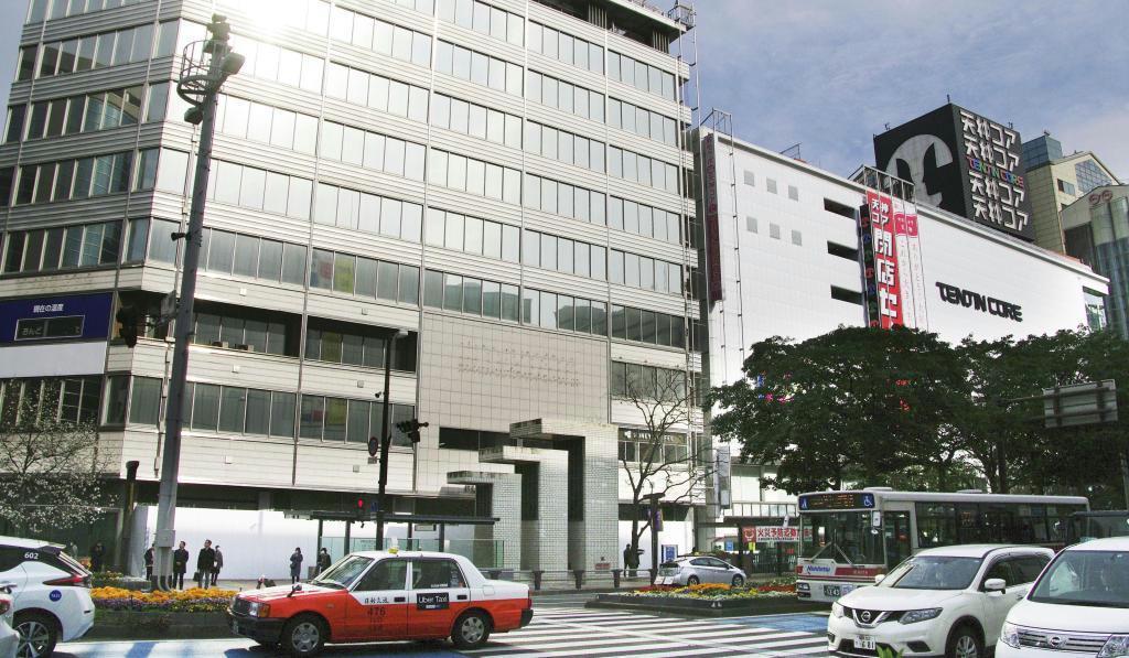 既に閉鎖した複合ビル「福岡ビル」(左)と31日で閉館した商業ビル「天神コア」