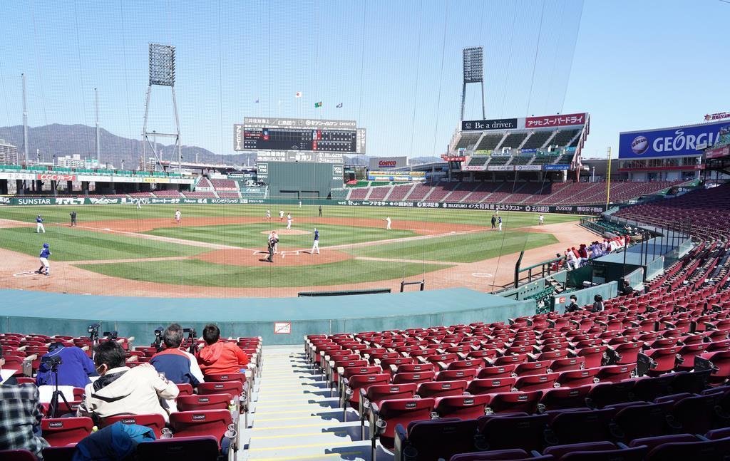 【プロ野球練習試合広島対中日】無観客で行われた練習試合。左手前に座っているのはスコアラー陣=マツダスタジアム(撮影・榎本雅弘)