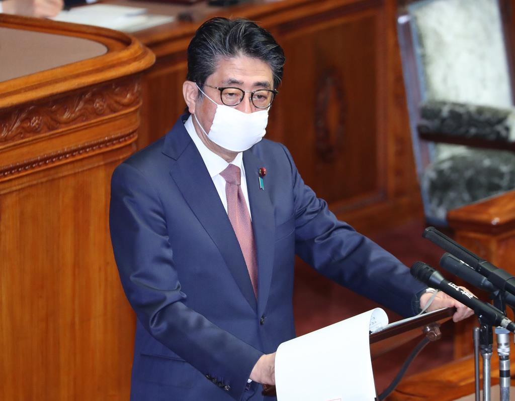 参院本会議で、新型コロナ特措法に基づく2020年東京五輪延期等の質疑に答弁を行う安倍晋三首相=3日午前、国会(春名中撮影)