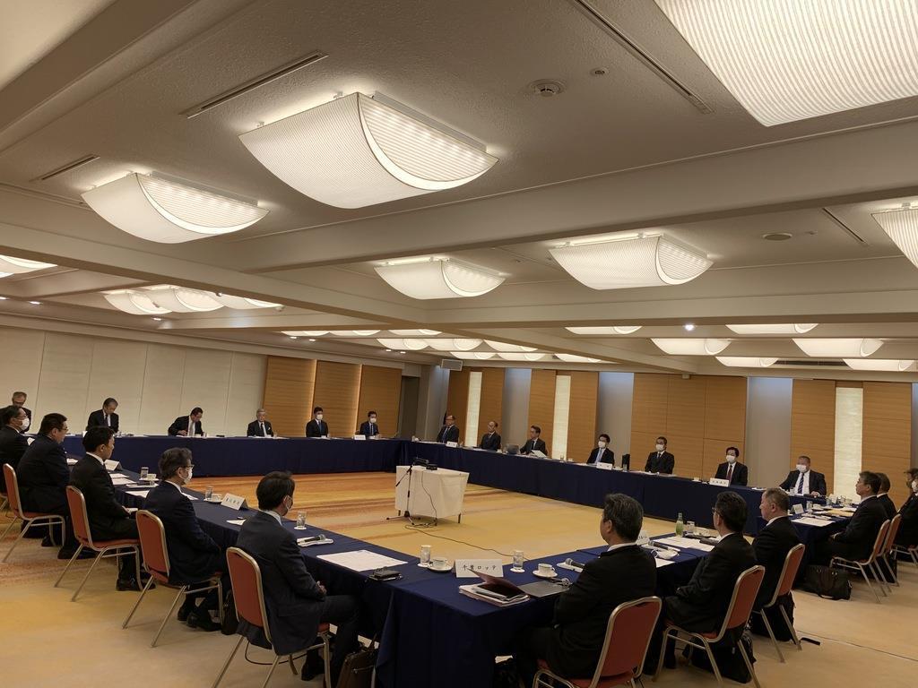 12球団代表者会議に臨む参加者=3日、東京都内(日本野球機構提供)