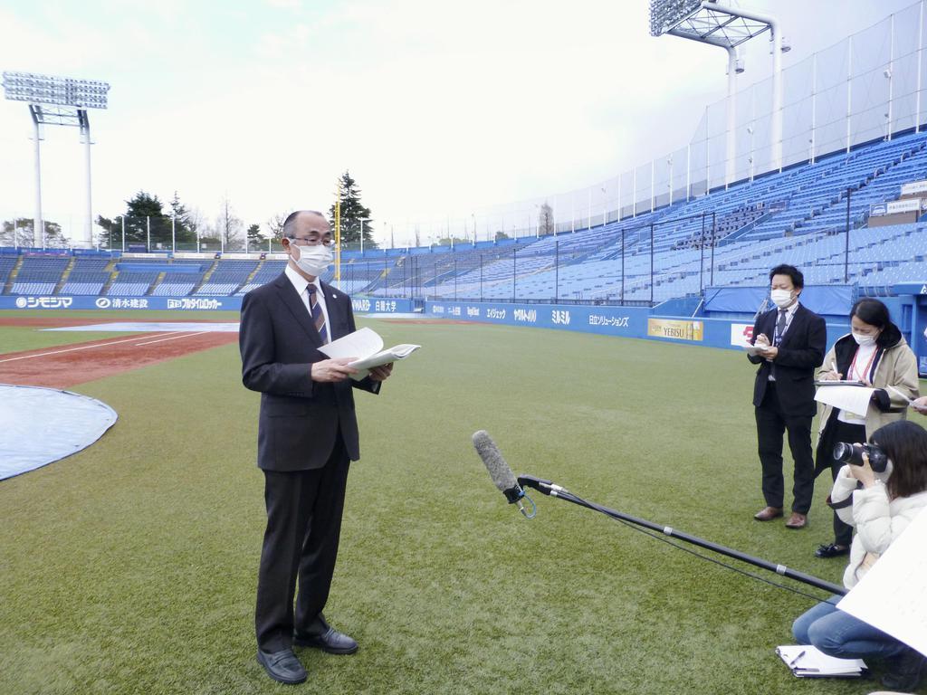 神宮球場のグラウンドで取材に応じる東京六大学野球連盟の井上崇通理事長=5日
