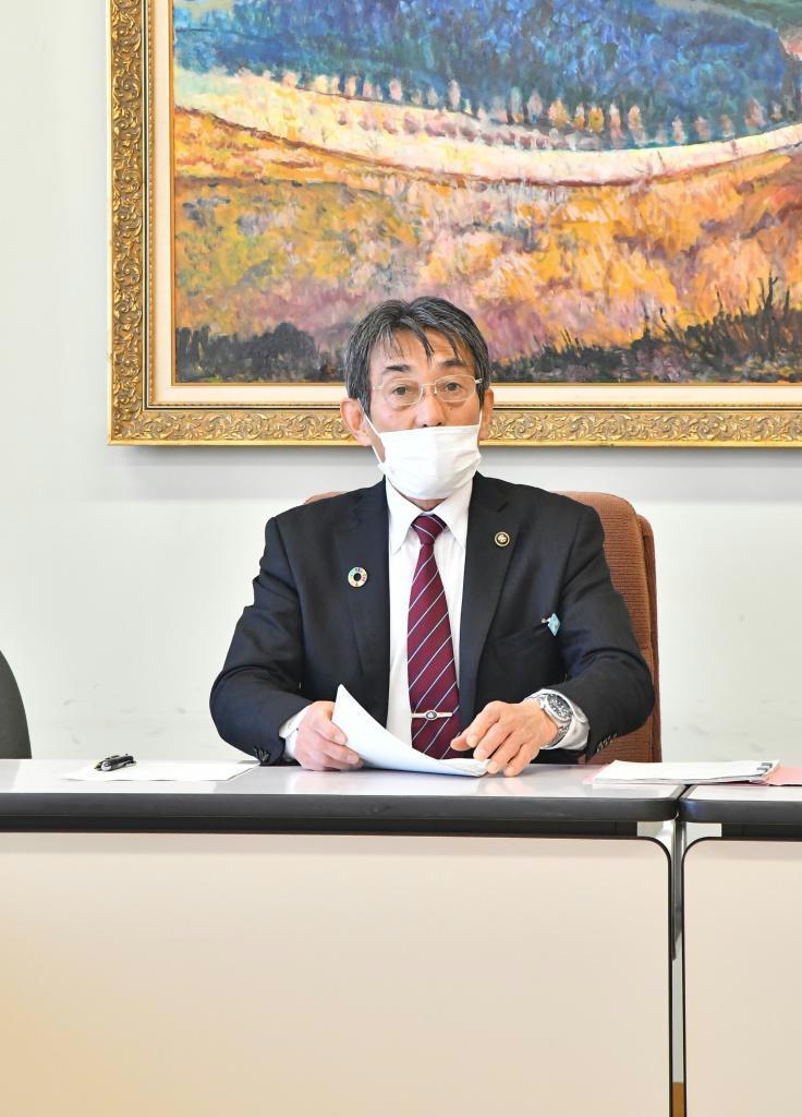 記者会見するみやま市の松嶋盛人市長