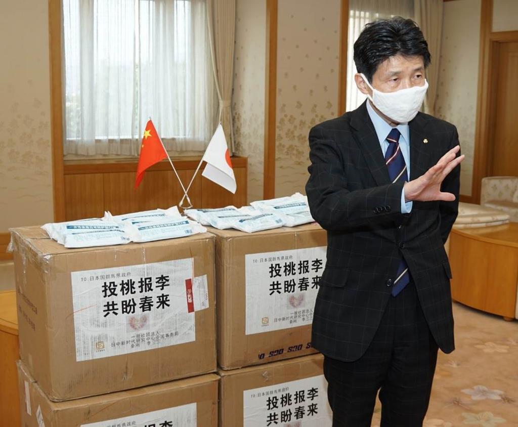 中国から届けられた支援物資のマスクを紹介する群馬県の山本一太知事=9日、県庁(柳原一哉撮影