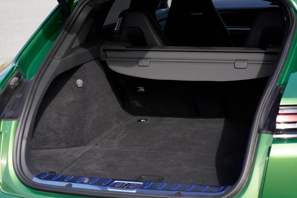 ラゲージ容量は通常520リッターを確保。ちなみにボディサイズはセダンのパナメーラと全高以外は同じ、全高のみスポーツツーリスモが(5mm)高くなる。
