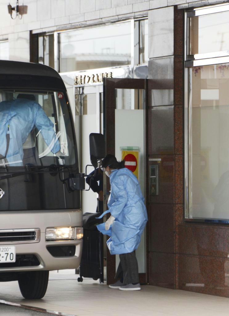 福岡県が始めた、新型コロナウイルス感染者の療養先となる宿泊施設への移送=北九州市小倉南区