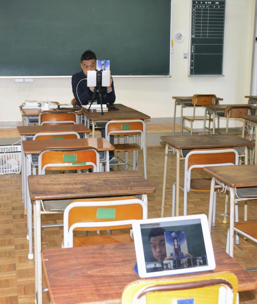 市立福岡西陵高校で実施された国語のオンライン学習=福岡市西区