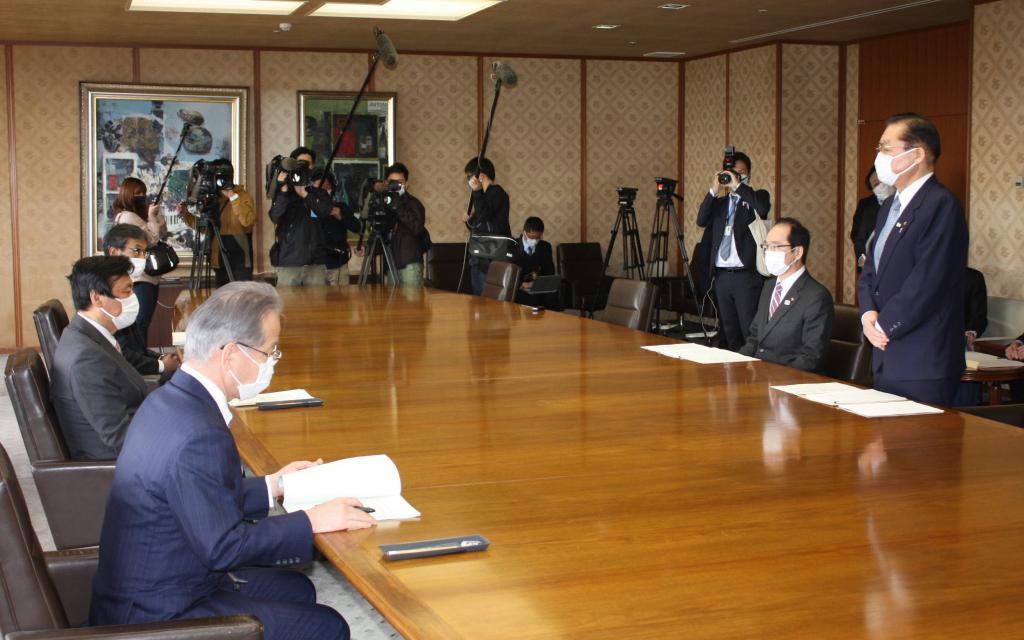 福岡県の小川洋知事(左側手前から2人目)に緊急要望する県市長会の井上澄和会長(右側手前)