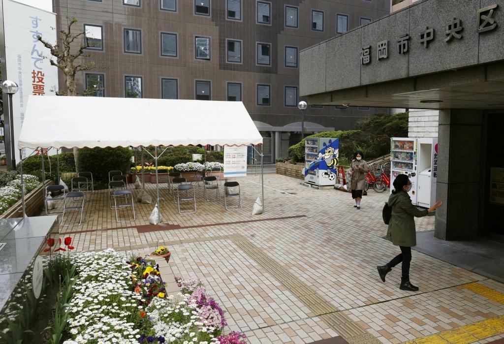 「3密」を避けるため、福岡市中央区役所の前に設置されたテント