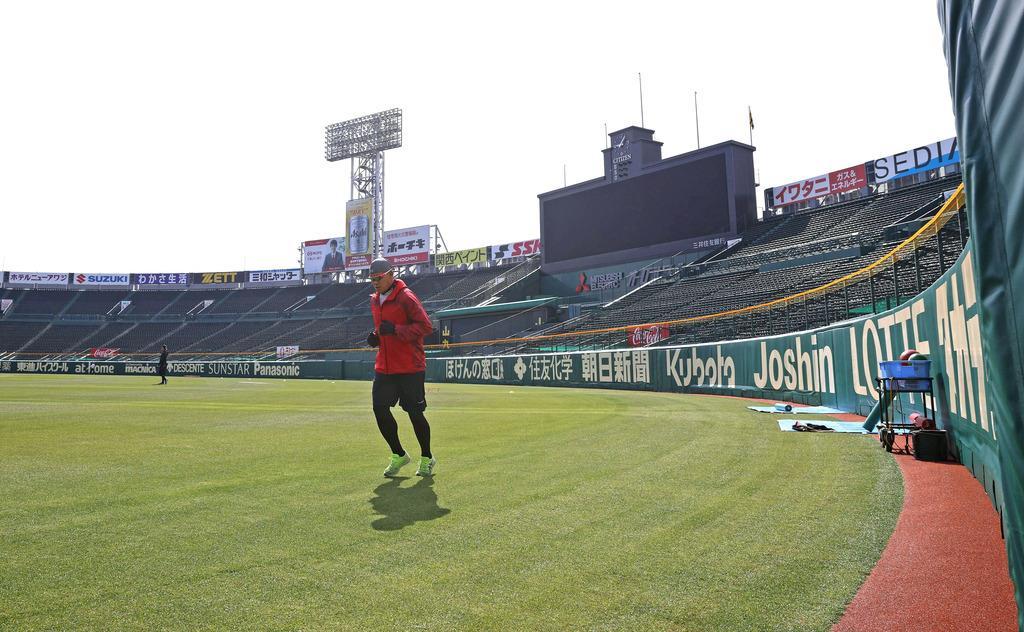 開放された甲子園球場でランニングする阪神の福留孝介外野手(球団提供)