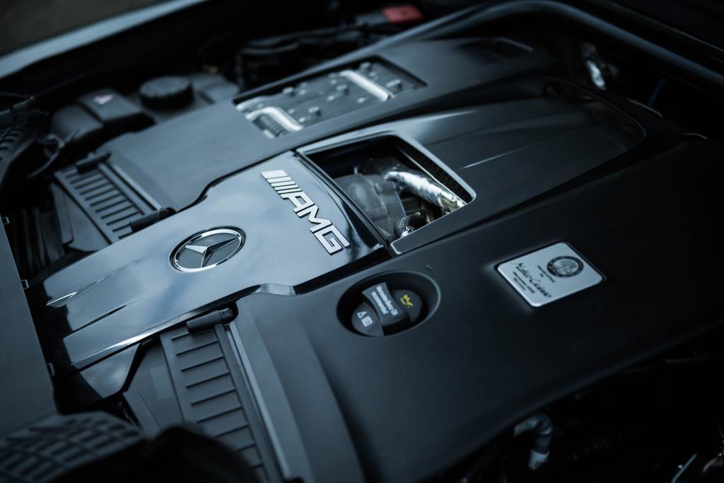 搭載するエンジンは3982ccV型8気筒DOHCツインターボ(585ps/6000rpm、850Nm/2500~3500rpm)。