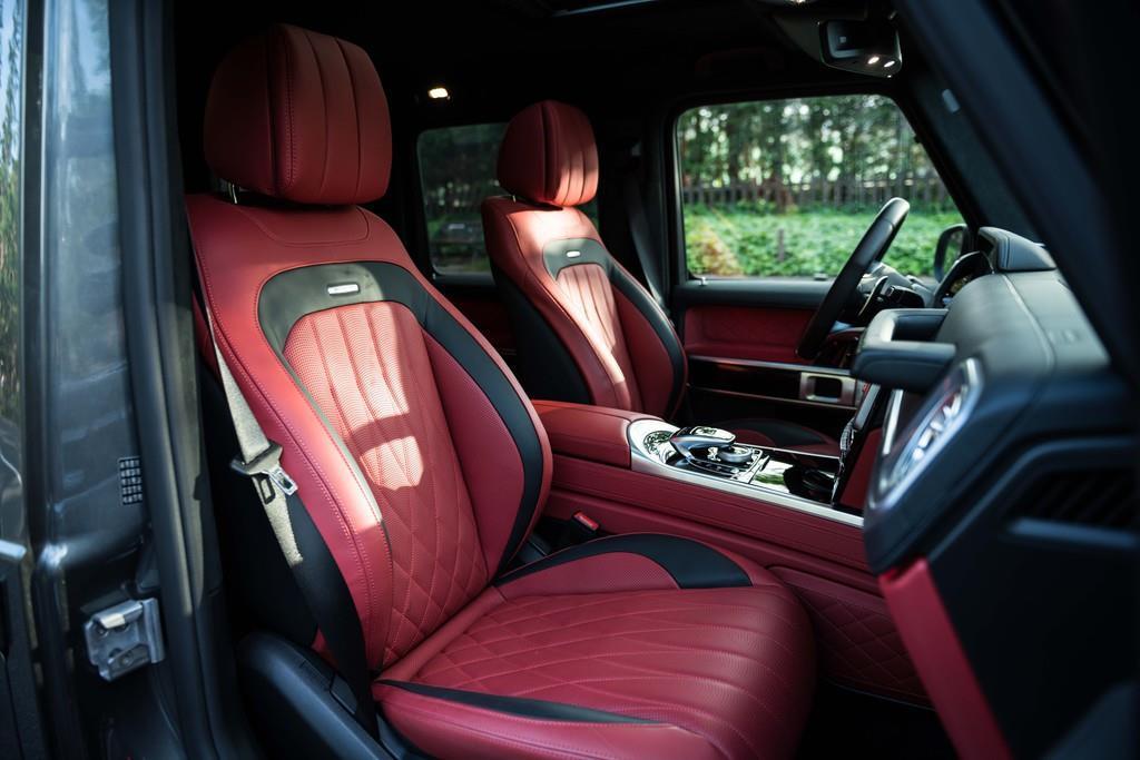 フロントシートは電動調整式(メモリー機能付き)。