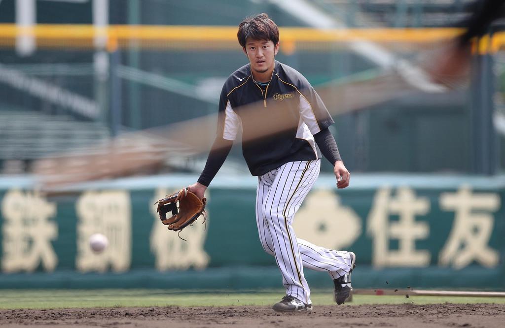 甲子園球場で自主練習する阪神の岩貞(阪神タイガース提供)