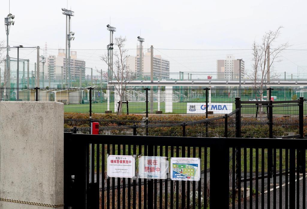 閉鎖されているJ-GREEN堺。いつもの週末は大勢の人がサッカーを楽しんでいる=18日午前、堺市堺区(恵守乾撮影)