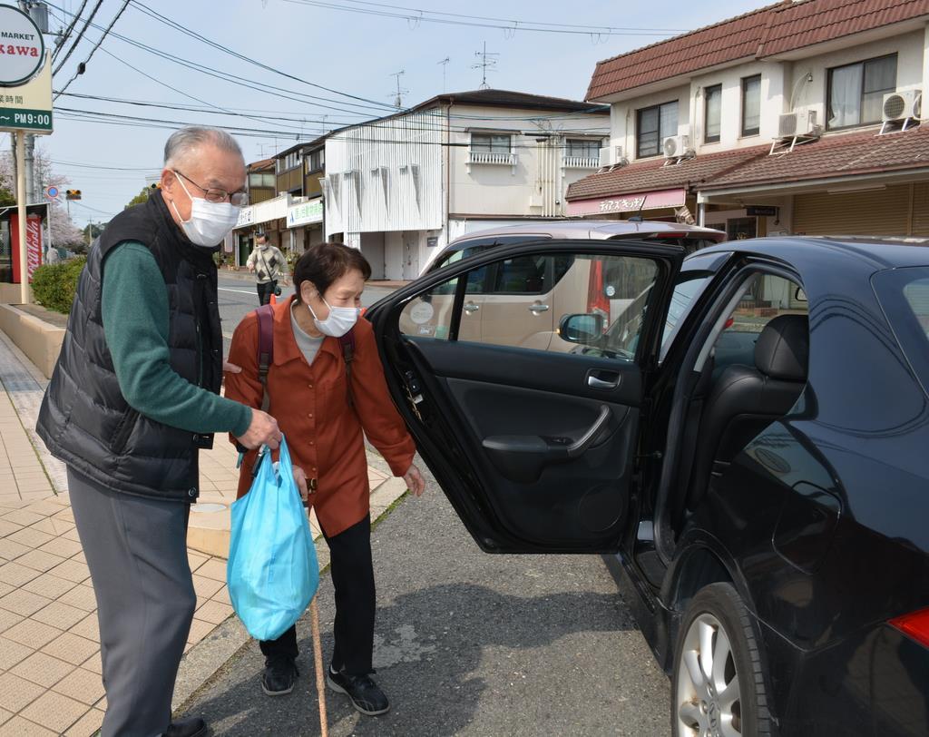 送迎支援で買い物をする利用者=奈良県生駒市