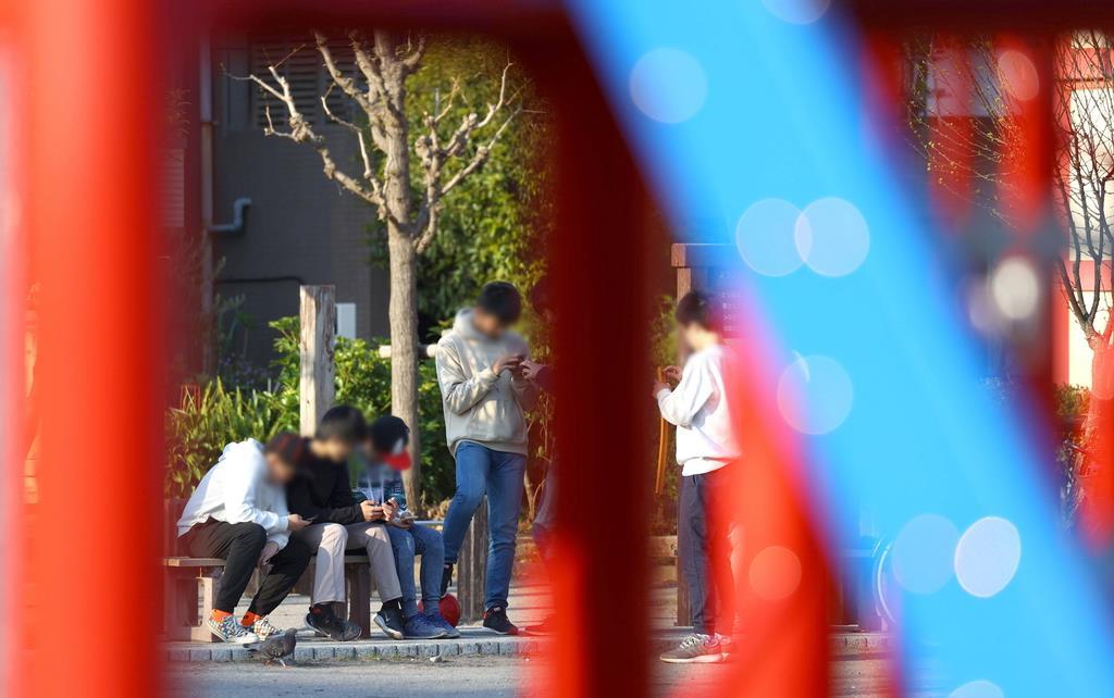 公園でゲームをして遊ぶ子どもたち=2日午後、東京都墨田区(納冨康撮影、一部画像処理しています)
