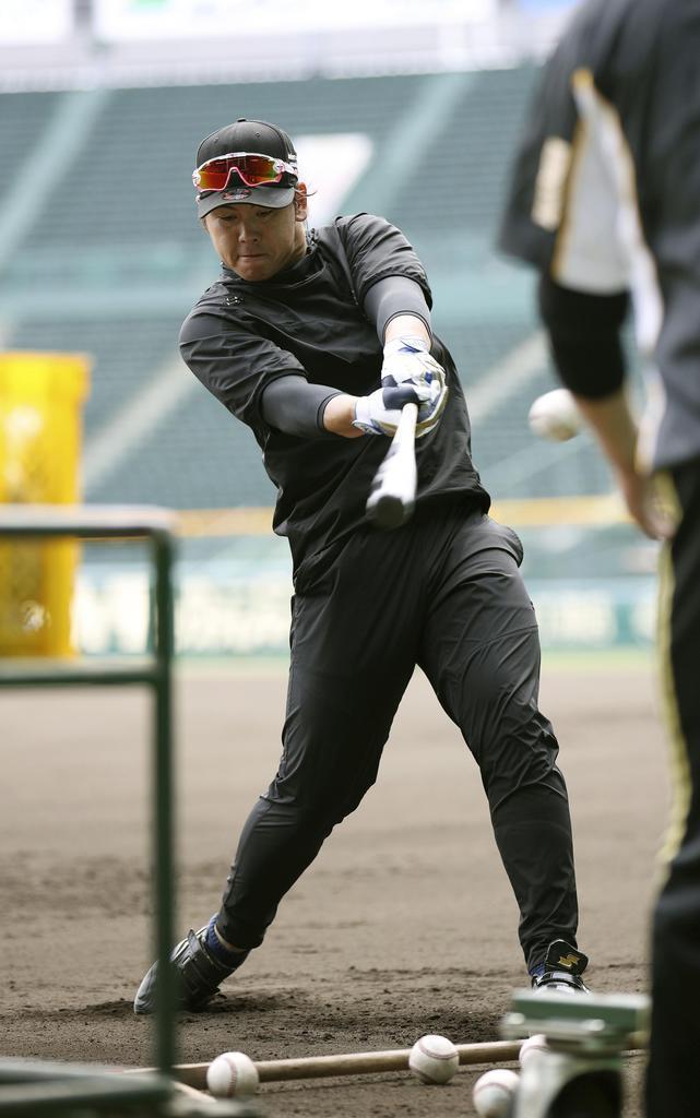 打撃練習する阪神・梅野=甲子園(球団提供)
