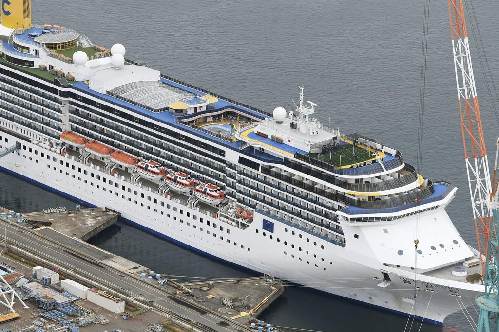 停泊中のクルーズ船「コスタアトランチカ」=21日、長崎市(共同通信社ヘリから)