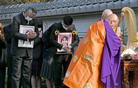 通学路の事故現場で遺族ら追悼 亀岡暴走死亡事故8年