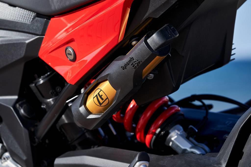 プレミアム・ラインには、リアサスペンションに減衰力などを最適化するダイナミックESAを装着する。