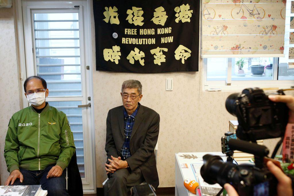 台北で25日、営業再開について記者団に語る銅鑼湾書店の店主、林栄基氏(中央)(ロイター)
