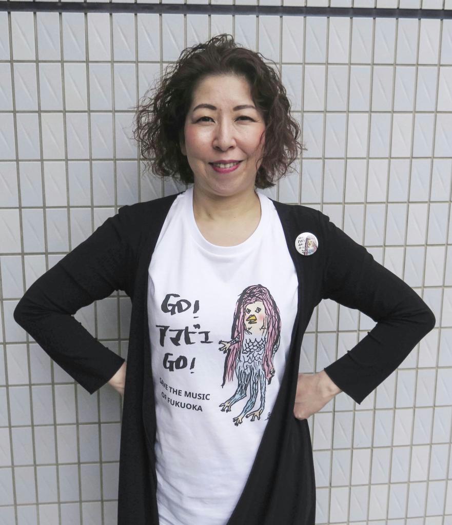 福岡のライブハウスを支援する取り組みを進めるチバマサミさん。返礼品の「アマビエ」Tシャツを着用している