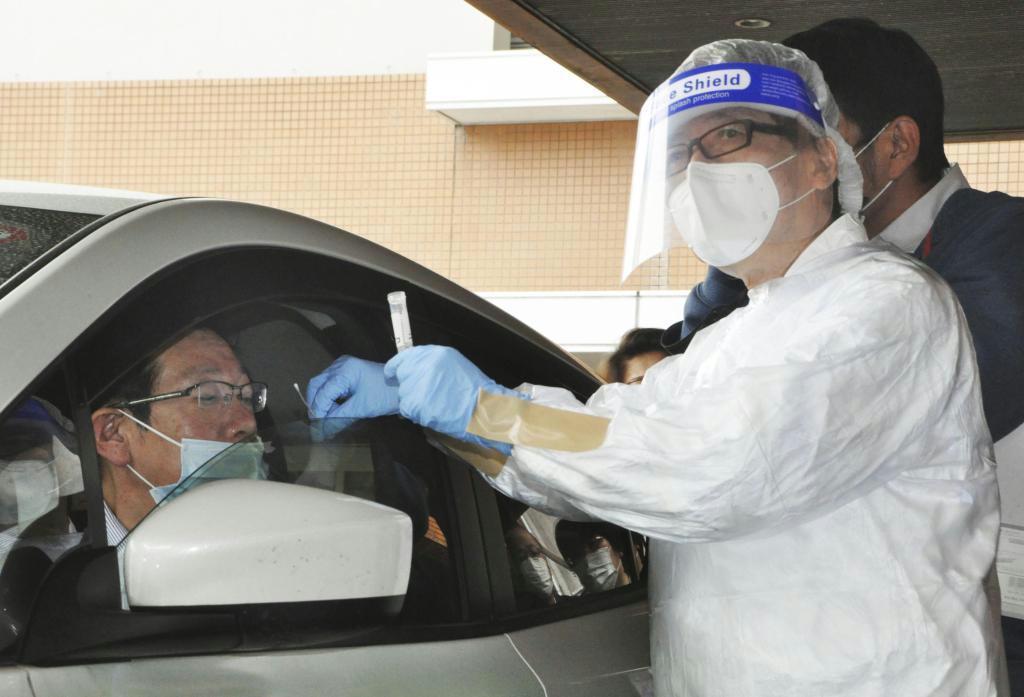 検体の採取方法について説明する「北九州市PCR検査センター」の関係者ら =北九州市