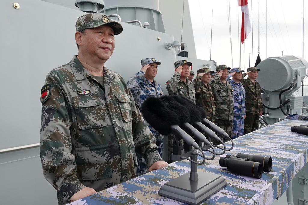 南シナ海に展開した中国人民解放軍の軍艦で演説する習近平国家主席(左)=2018年(AP)