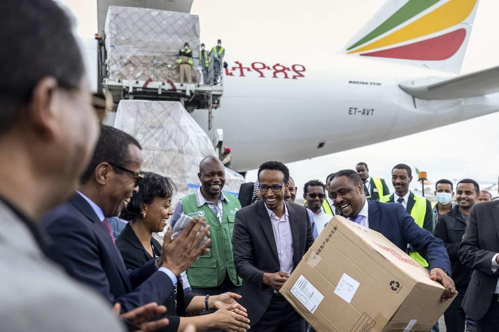 3月22日、エチオピアの首都アディスアベバで、中国から届いた医療物資を手にする同国の保健相ら(AP)