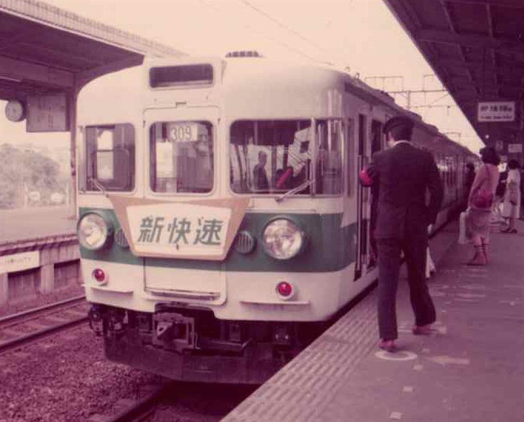 明石駅で発車を待つブルーライナー。当時、停車駅は少…|【時刻表は ...