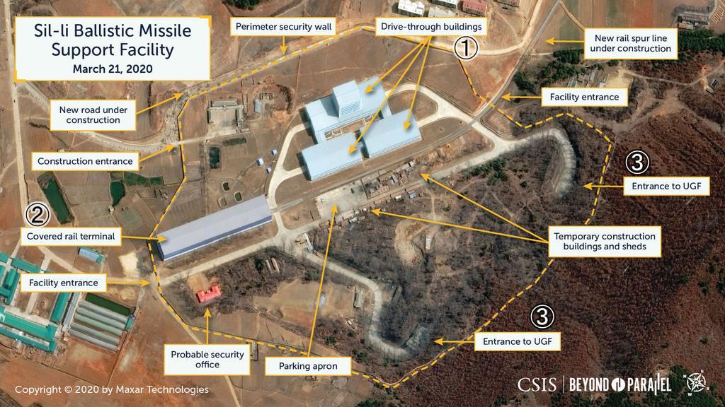 3月21日、北朝鮮の平壌国際空港近くの新たな弾道ミサイル開発に関連するとみられる施設の衛星写真。(1)車両の入れる建物(2)鉄道駅(3)地下施設への入り口(CSIS/Beyond Parallel/Maxar 2020提供・共同)