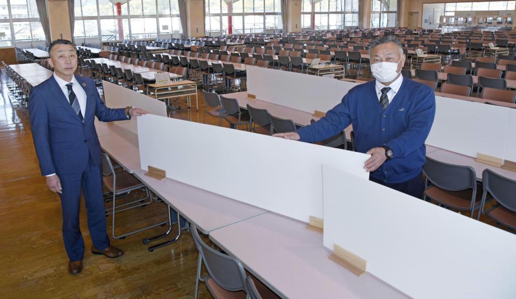 福岡県篠栗町立篠栗中学校のランチルームのテーブルにセットされた手製の仕切り。左は考案した松本修校長