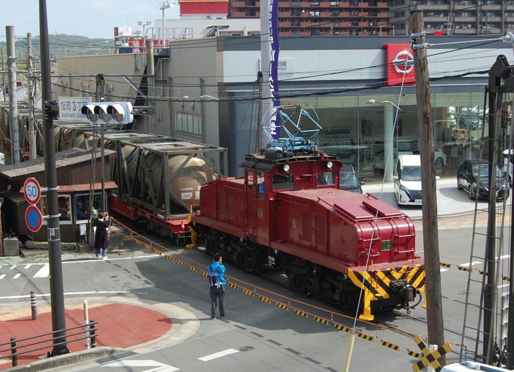 貨物を引き国道を横断する炭鉱電車=福岡県大牟田市