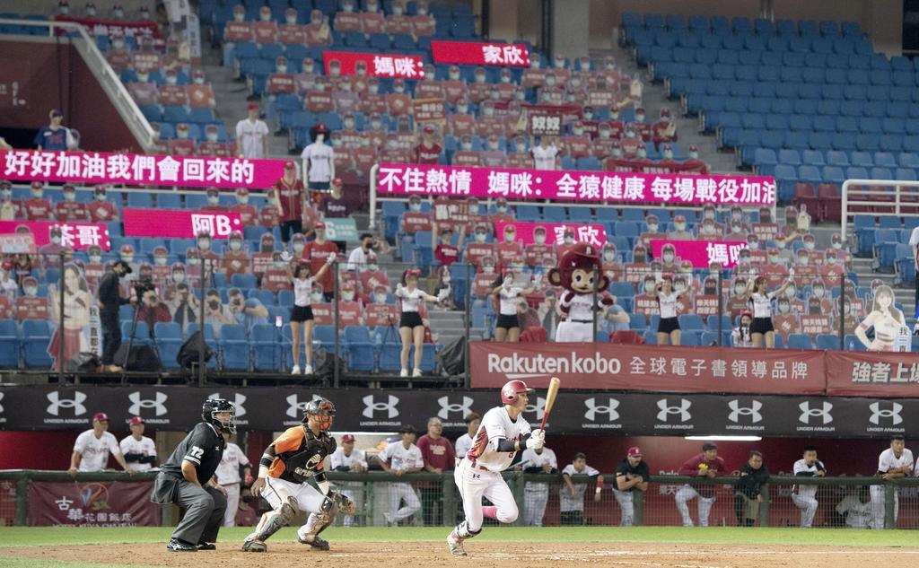 一足早く開幕した台湾プロ野球。日本も続けるか=4月16日、桃園市(ゲッティ=共同)