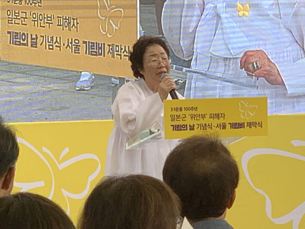 2019年8月、ソウル市内で行われた新たな慰安婦像の除幕式であいさつする李容洙さん(名村隆寛撮影)