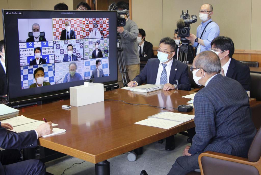 九州地方知事会が開いた臨時のウェブ会議。右手前は大分県の広瀬勝貞知事=大分県庁