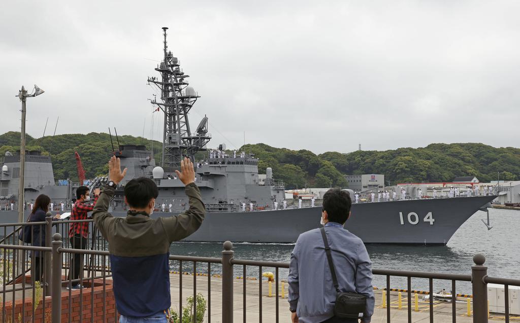 出航する海上自衛隊の護衛艦「きりさめ」=10日午前、海自佐世保基地