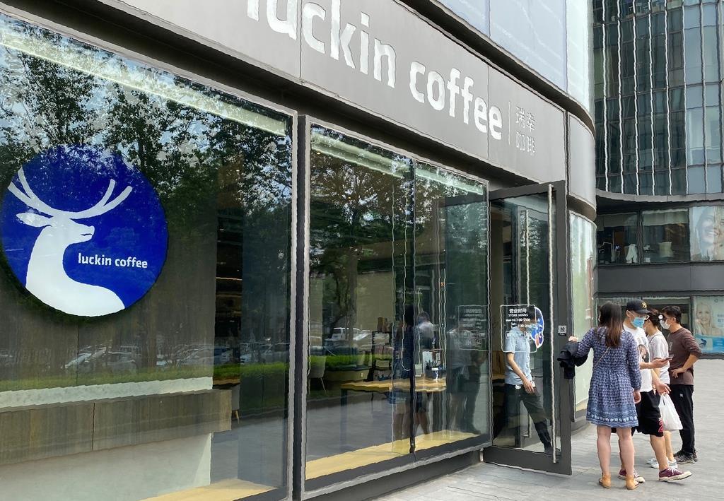 中国の新興コーヒーチェーン、瑞幸珈琲(ラッキンコーヒー)の店舗=3日、北京(三塚聖平撮影)