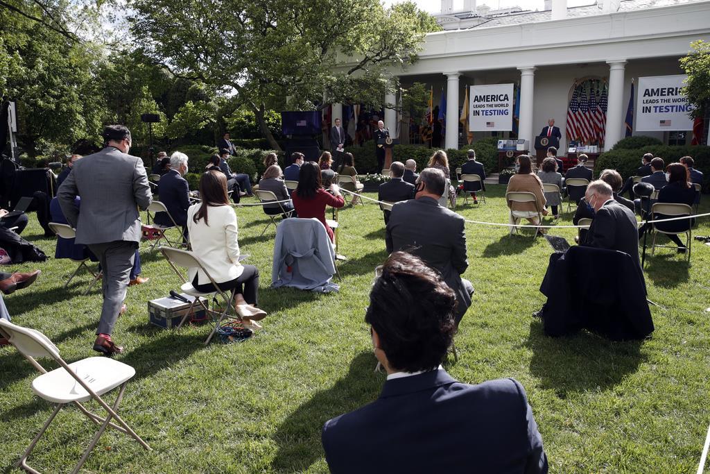 11日、ホワイトハウスで行われたトランプ米大統領の会見に臨む記者ら=ワシントン(AP)